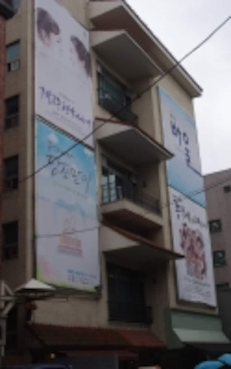『僕らのイケメン青果店』上演中の大学路芸術広場は、シネコンならぬ小劇場コンプレックス。(C)MarinoMatsushima