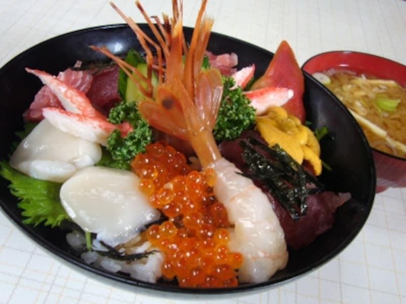 器からはみ出さんばかりに、魚貝がてんこ盛りの海鮮丼