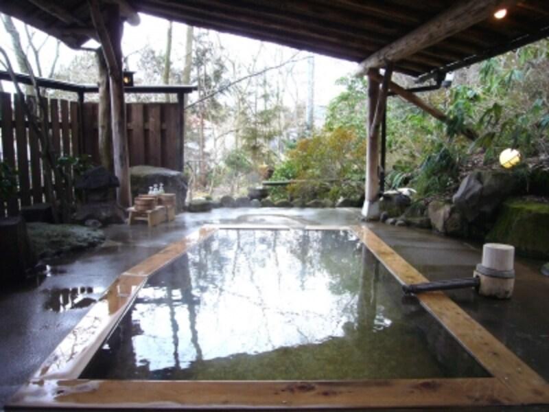 離れの庭園内にある貸切露天風呂「母里の湯」。春は桜、夏は緑が美しい