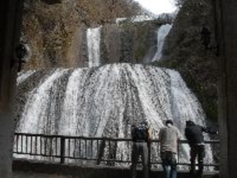 袋田の滝。間近で見物すると水しぶきが飛んでくる