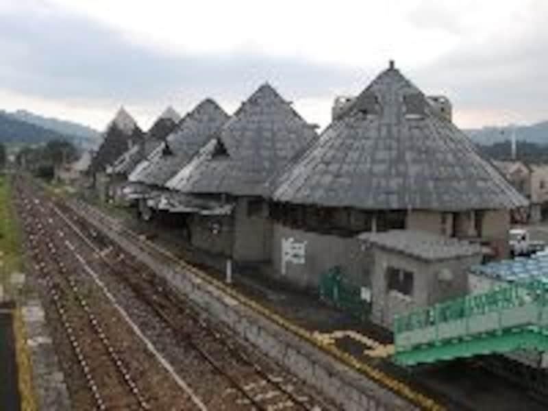 斬新なデザインの磐城塙駅。駅舎内にはギャラリーや図書館もある