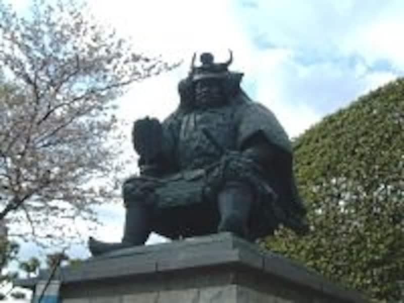 甲府駅南口に鎮座する武田信玄公の銅像