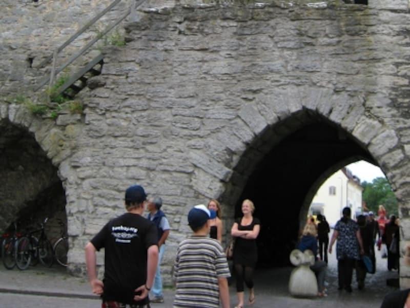 城壁の至る所にある半円形の通り道は映画の中で何度もでてきます