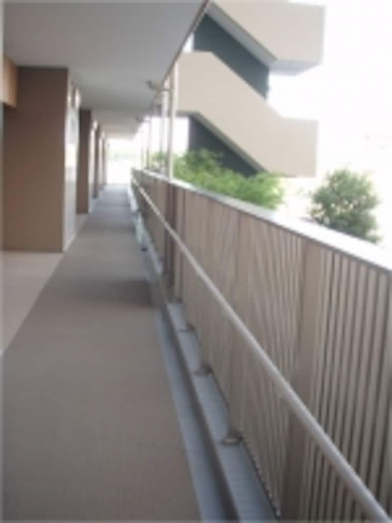 外廊下型マンションとは、共用廊下が外部になっているマンションのこと。