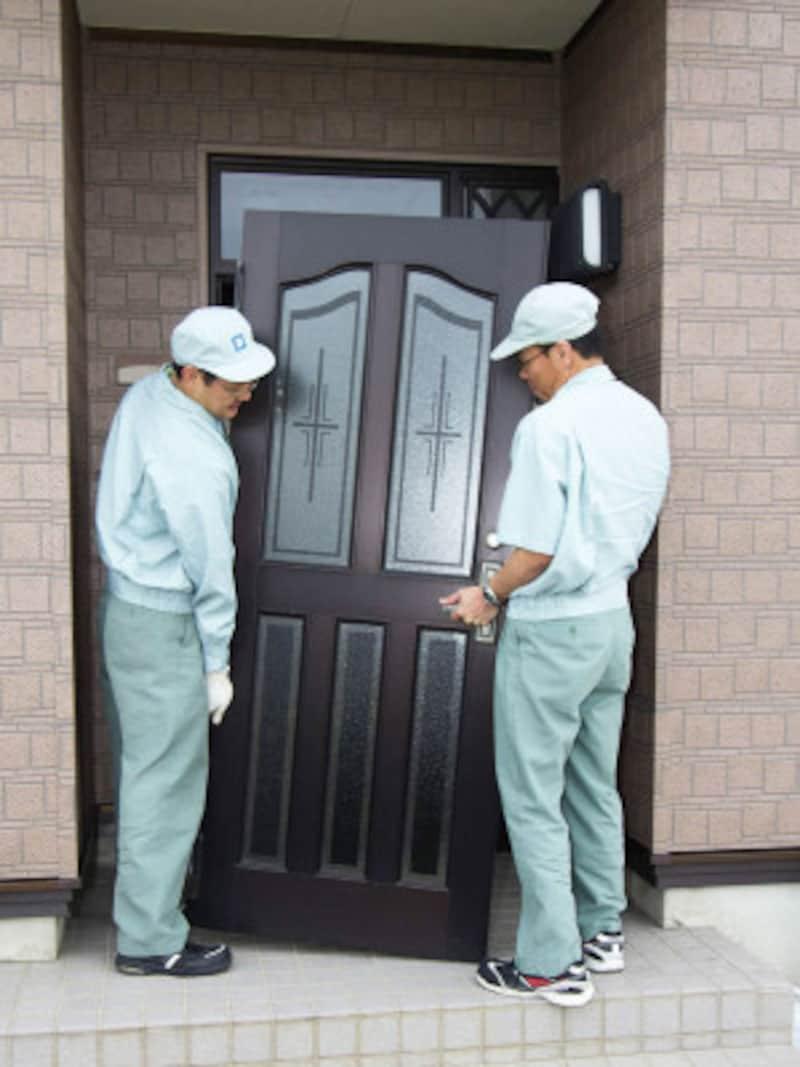 古い玄関ドアの取り外し