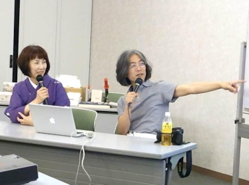 ばばちえさん(左)と切手デザイナー玉木明さん(右)。