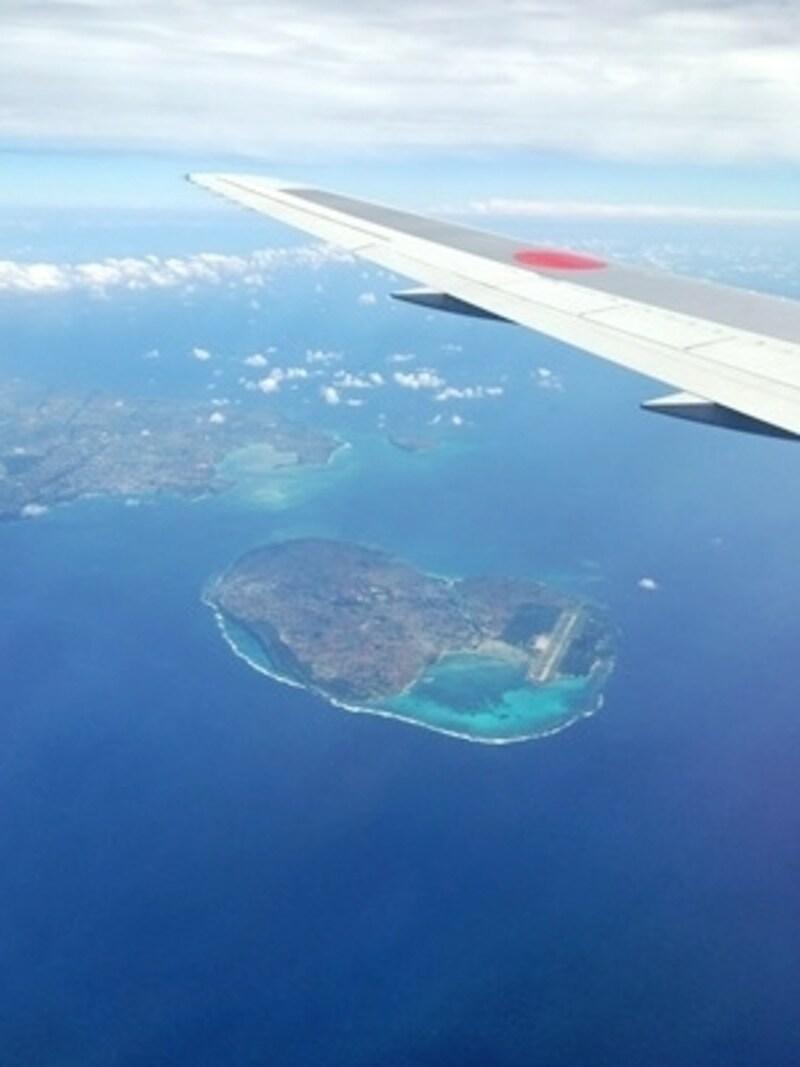 今回はANAの羽田-石垣直行便を選びました。石垣に近づくにつれ、きれいな海と島が見えてきてワクワク