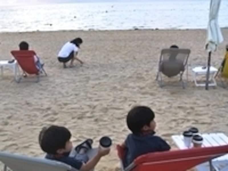朝のビーチで飲むジュースに、子どもたちも大喜び