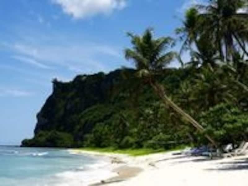 ゲストだけが入れるビーチクラブでのんびりと海遊びを