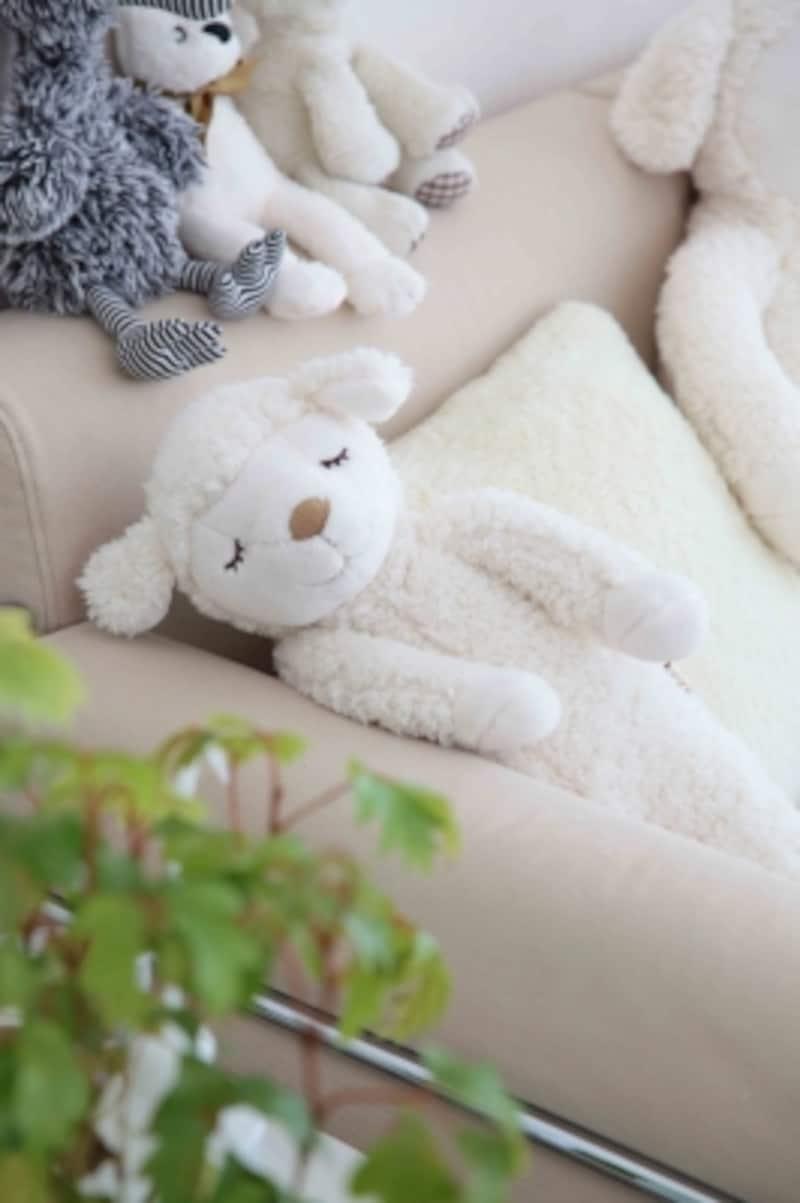 寝室のソファにはリラックスできるアイテムを置いています