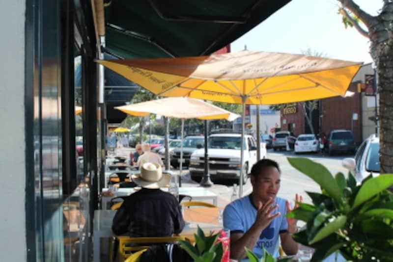 店の外は、店内より少しカジュアルな雰囲気で食事を楽しめる。パティオ(中庭)だけでなく、歩道に席を置いている場合もアリ