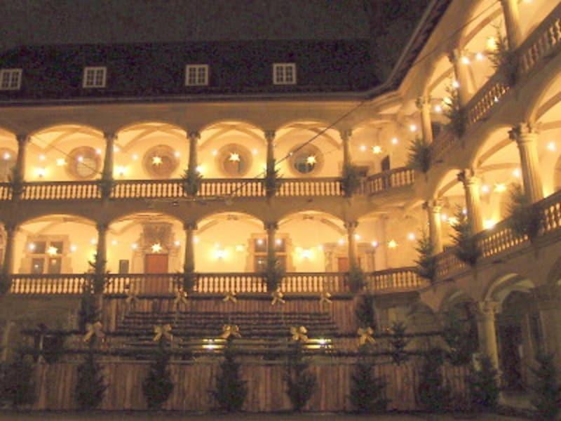 毎晩コンサートが開催される旧宮殿の中庭