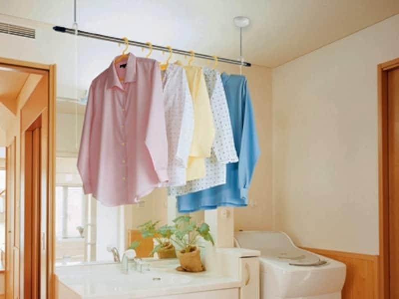 洗濯機から出してその場ですぐ振り返って干すことができれば家事がぐんとラクに早くできる(洗濯物の部屋干しの悩み解消リフォームより)