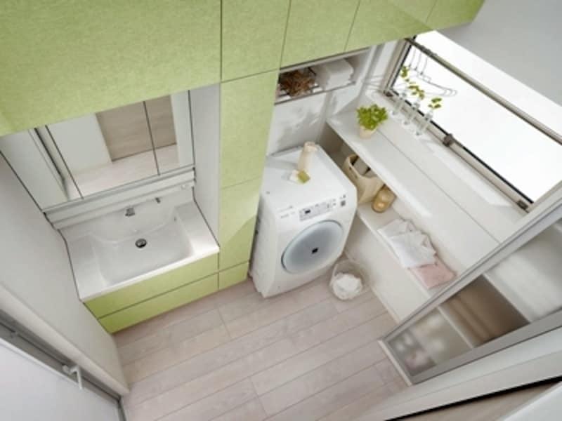 洗面所を少し広めに取ってユーティリティと兼用。ここで部屋干しができる(LIXIL)