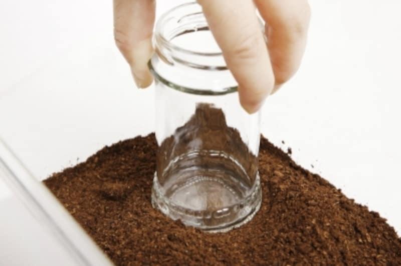 ビンの底などを使って、表面を固める