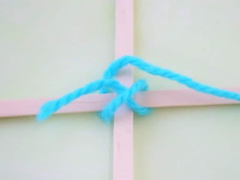 ゴッドアイ作り方 木のスティック 毛糸 十字に縛る