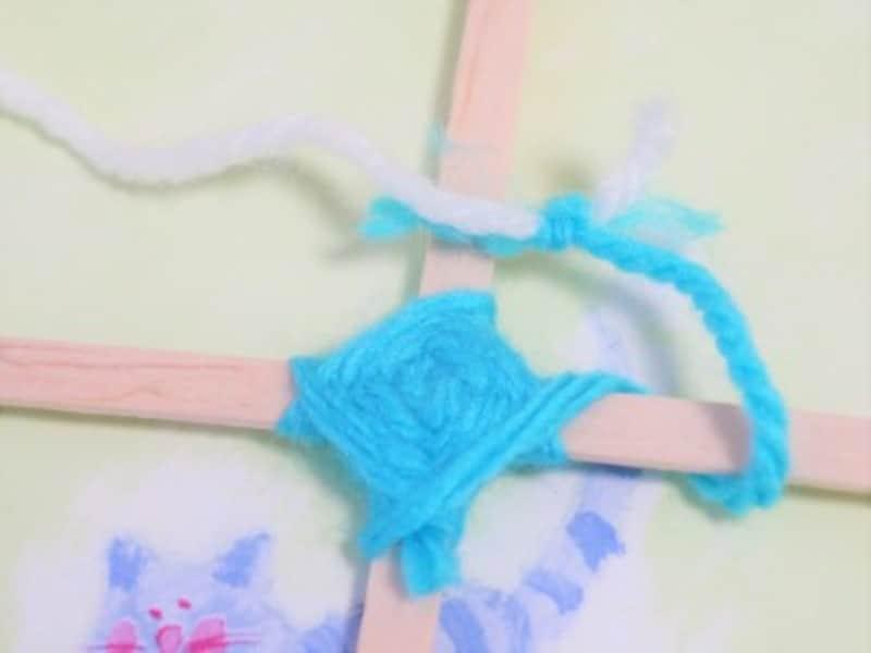 ゴッドアイ作り方 色を変える 毛糸同士の糸の先を しっかりと結びます