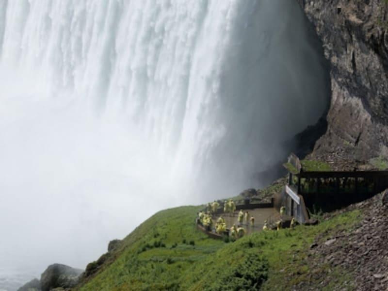 言葉を失うほど、大迫力の滝が目前に!(C)TourismOntario
