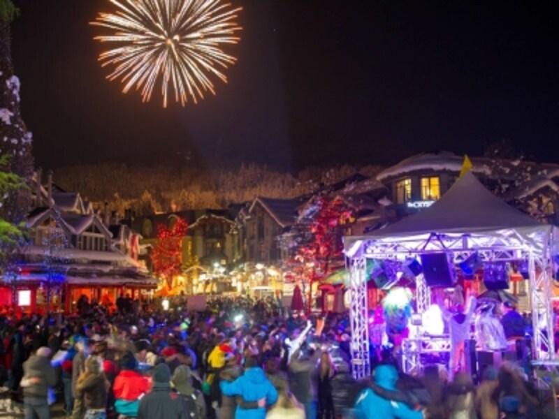 ウィスラービレッジの大晦日のカウントダウンイベント。カナダではかなり大掛かりなカウントダウンイベントのひとつ(C)TourismWhistler