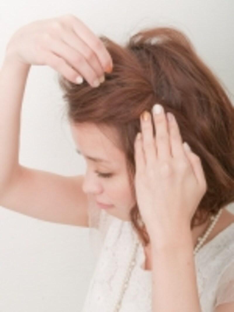 ねじった毛束と地肌の毛束をしっかり固定する