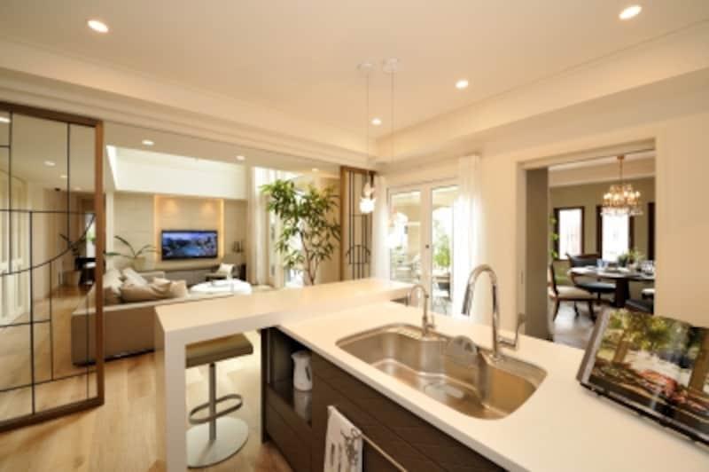 屋外もリビングも見渡せるキッチン空間。明るく開放感もたっぷり