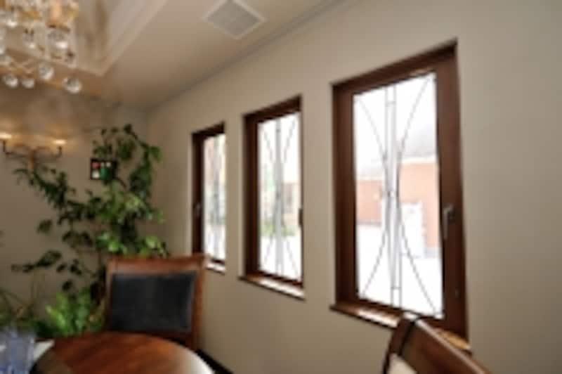 3連窓はすべてステンドグラスに。開閉することもできます