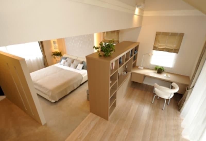 温かみのあるイエローベージュでコーディネートされた主寝室。観葉植物の緑とベッドクッションの水色がアクセント