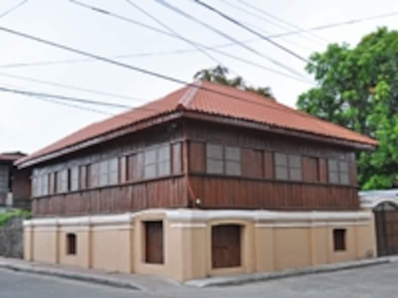1階が石造、2階が木造の家屋