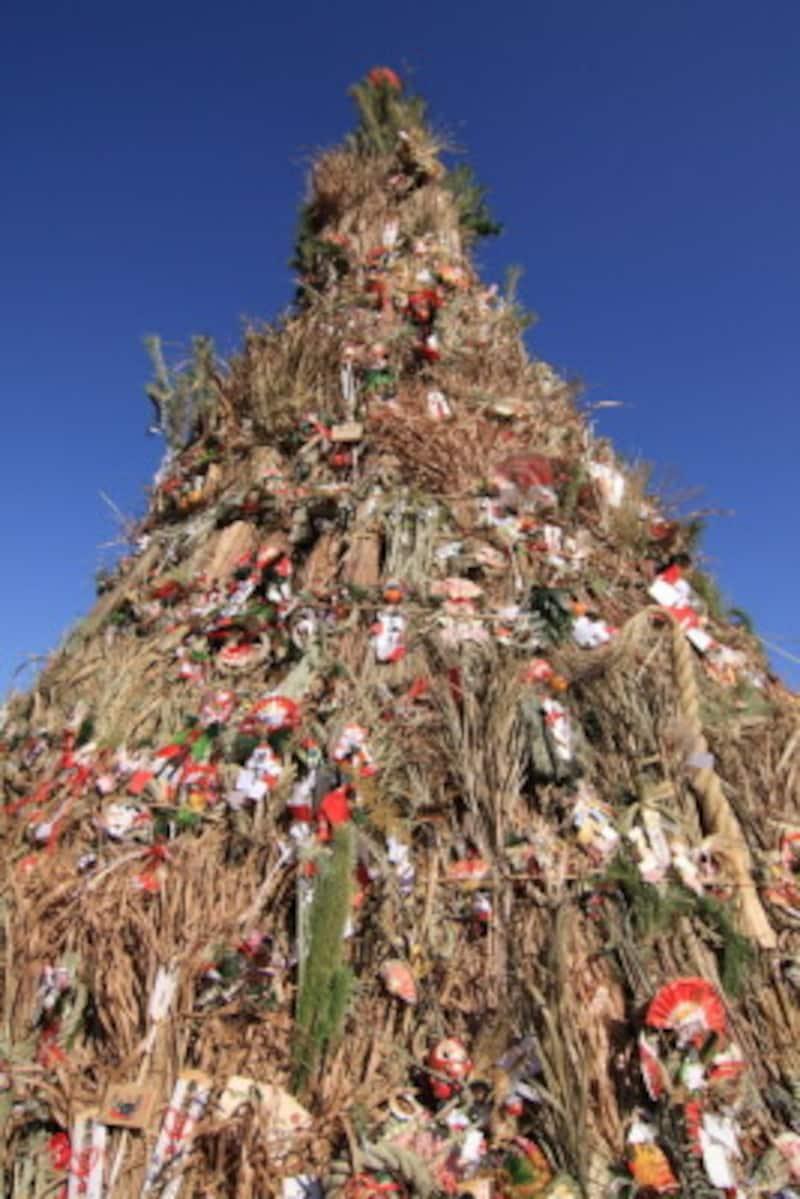 左義長(どんど焼き)では、正月飾り、だるまなどの縁起物、書き初めなどを燃やします