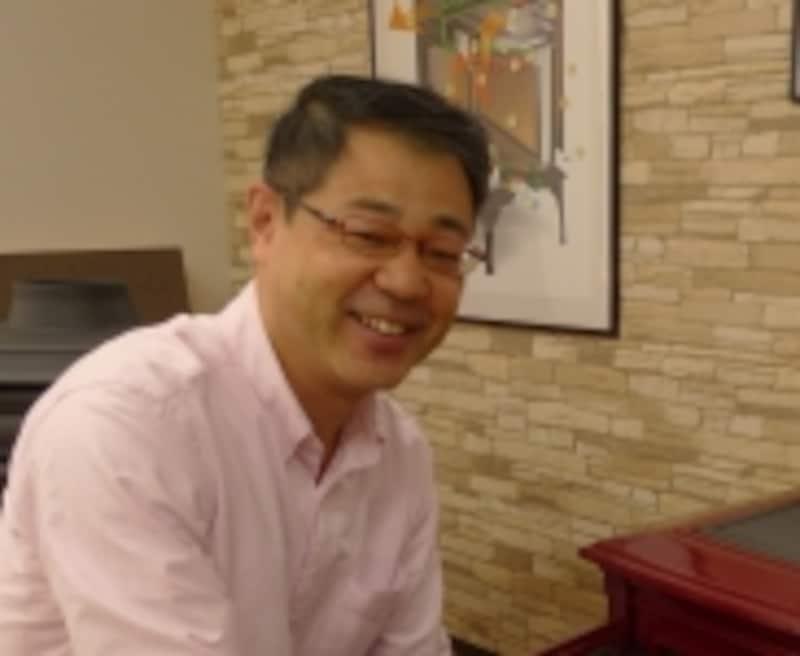 グリーンフッドの責任者の野坂氏。薪ストーブとペレットストーブに魅せられて18年のベテランです。