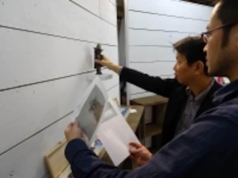 搬入当日に来られないアーティストからの「指示書」を見ながら作品設置