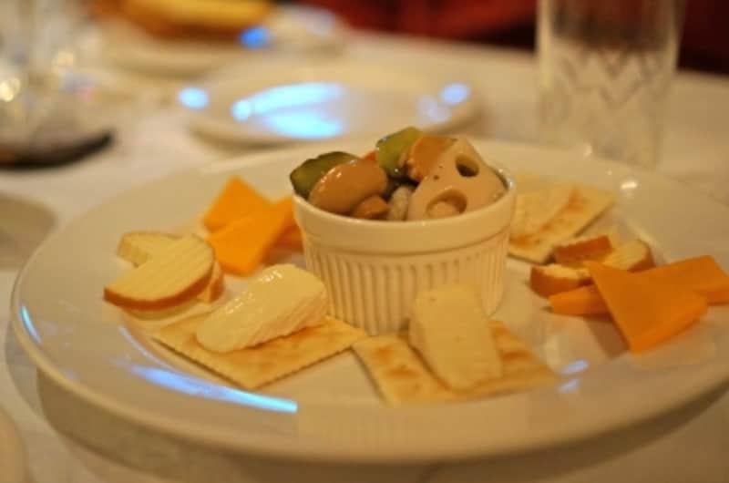 チーズとピクルスの盛り合わせ