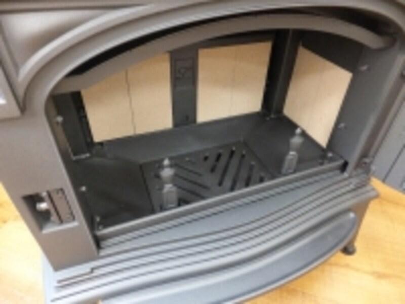 薪ストーブの内部。ここで薪を燃やしたり、専用のアクセサリーを入れてピザやローストビーフなどを作ることもできる。