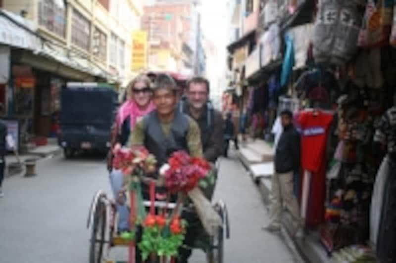 リクシャに乗って観光を楽しむツーリスト