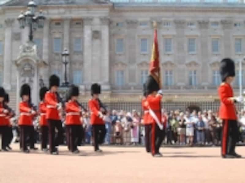バッキンガム宮殿の衛兵交替。イギリスはシェンゲン協定の枠外