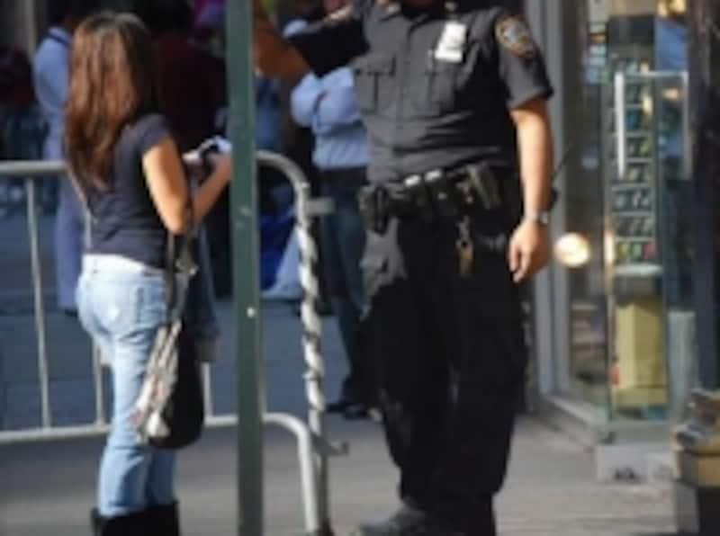 警官による街頭でのパスポートチェックは意外と頻繁に行われている