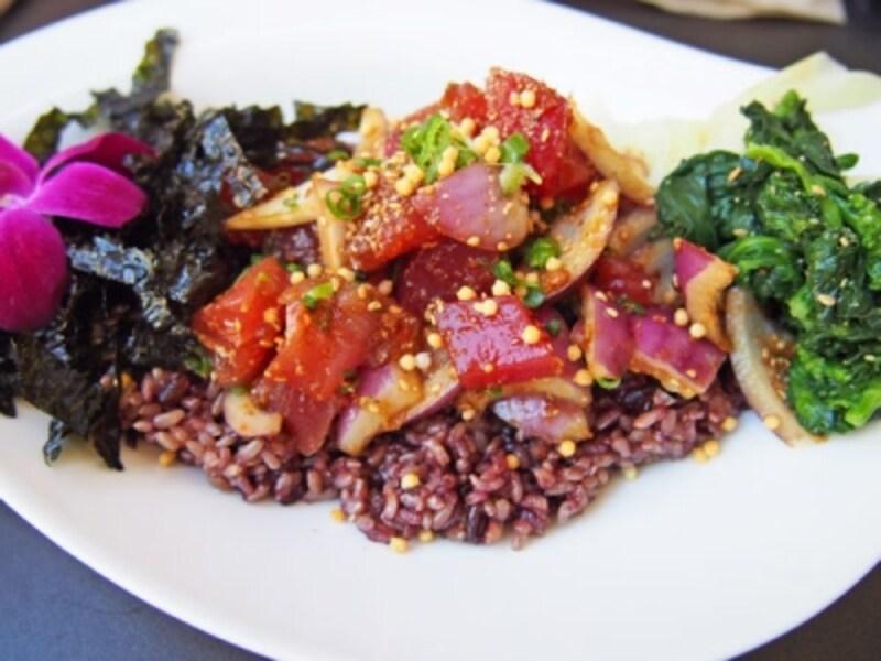 雑穀米にマグロ(アヒ)の醤油漬けがのったショウユアヒポキボウル。ほかにスパイシーサーモン、スパイシーアヒなどポキボウルは5種類ある