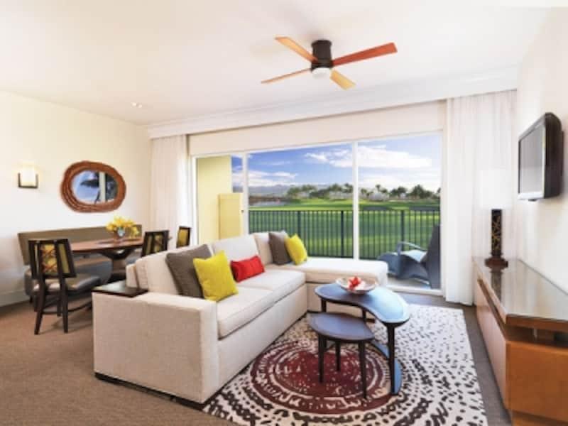 ハワイ島キングス・ランド2LDKのリビングルーム。広々とした間取りで、家族やグループなど大人数で滞在できる