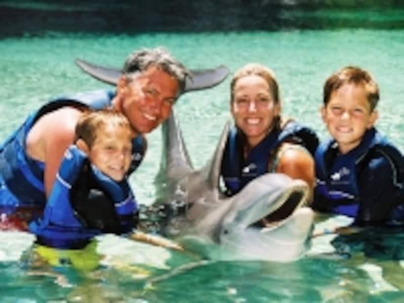 ヒルトン・ワイコロア・ビレッジでは、イルカと触れ合うプログラム「ドルフィン・クエスト」(有料)を開催