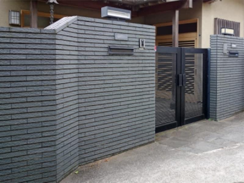 一戸建てを囲む高い塀