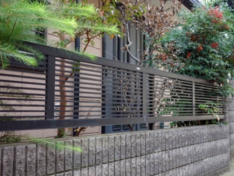 ブロック塀の上の金属製フェンス