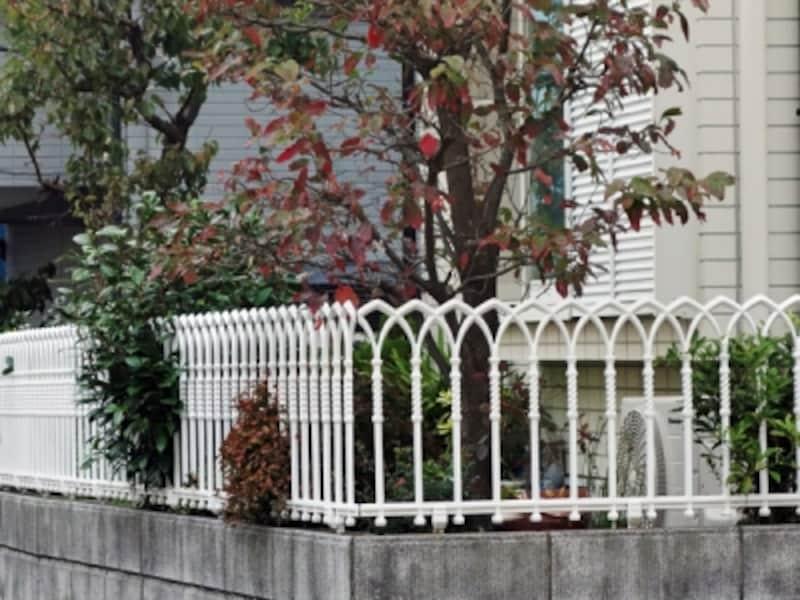白い洋風の金属製フェンス
