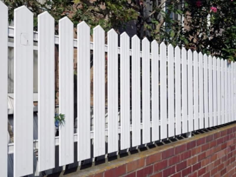木製のようにみえる金属板フェンス