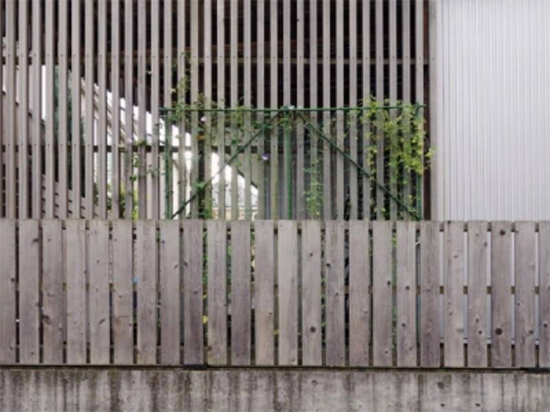 外壁に合わせた木製の塀