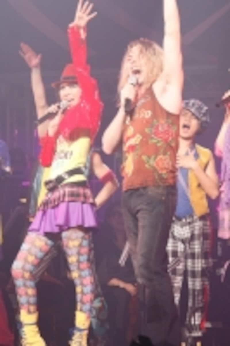 2009年の『LOVELEGEND』で湖月わたるさんらと「MySharona」を熱唱。写真提供:梅田芸術劇場