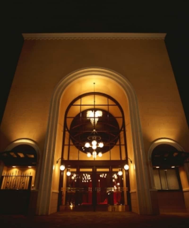 控えめながら優美な装飾に彩られた劇団四季の自由劇場。客席数約500と小ぶりながらミュージカル公演も多い。撮影:上原タカシ
