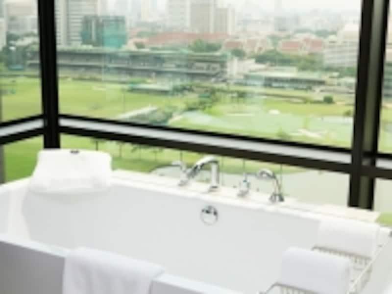 バスルームの様子。最近バンコクではコンドミニアムでもこんなガラス張りのバスルームが増えています