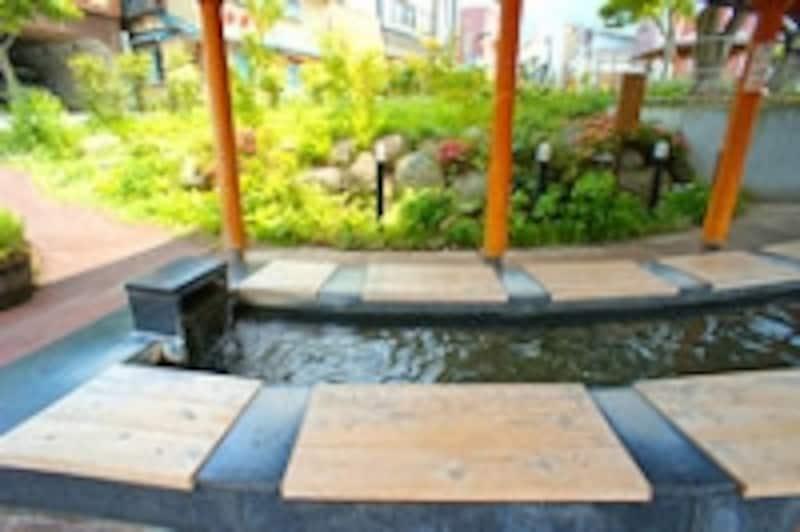 公衆浴場「楓の湯」前の足湯