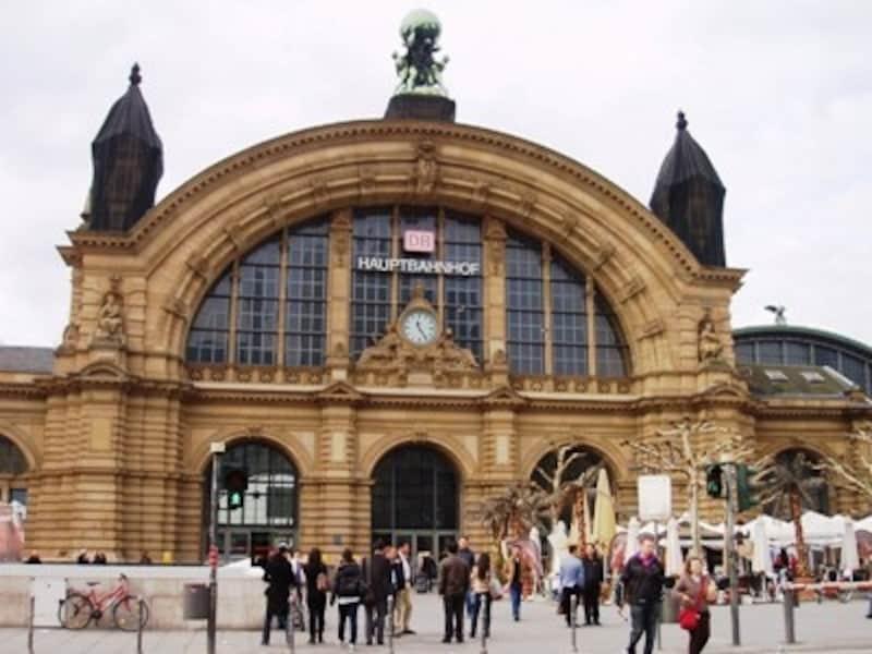 ドイツ国内や近隣諸国への電車が発着する中央駅。上はフランクフルト中央駅