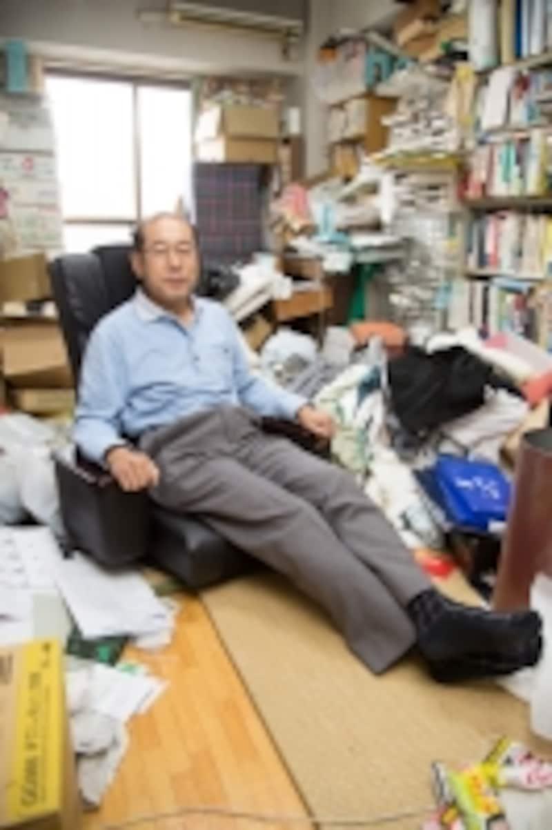 お気に入りの優待品のひとつであるカタログギフトで届いた椅子の上でくつろぐ桐谷さん